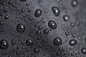 Typisch bei Imprägnierspray: Wasser wird abgewiesen