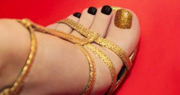 Schöne, stylische Füße in schicken Sommerschuhen
