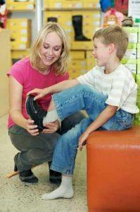 Füße messen vor dem Schuhkauf - nicht nur bei Kindern!