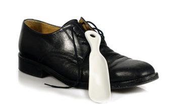 Schuhanzieher oder Schuhlöffel, um in die Schuhe zu kommen
