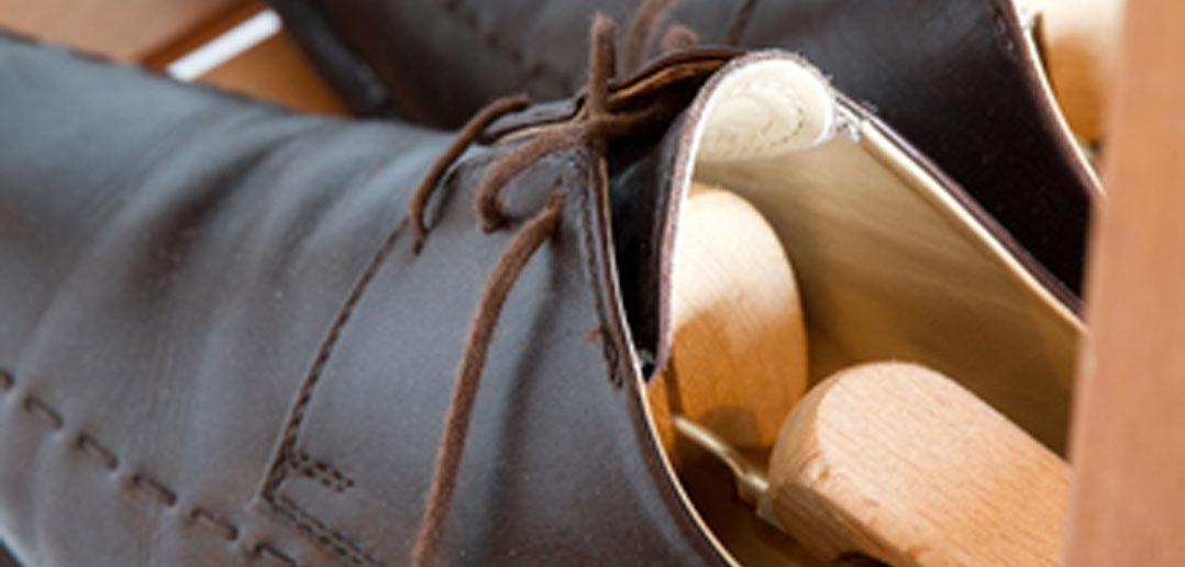 Ein Schuhspanner hält Lederschuhe in Form